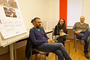 Bassel Kanou im Gespräch mit den MitarbeiterInnen